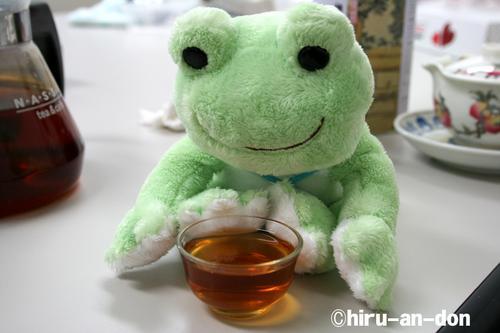 かえるくん、紅玉(台湾18号)を飲む