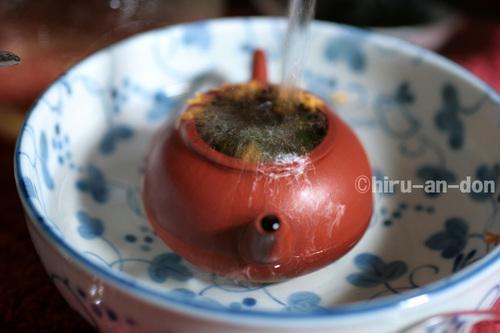 湯を注いでいる茶壺